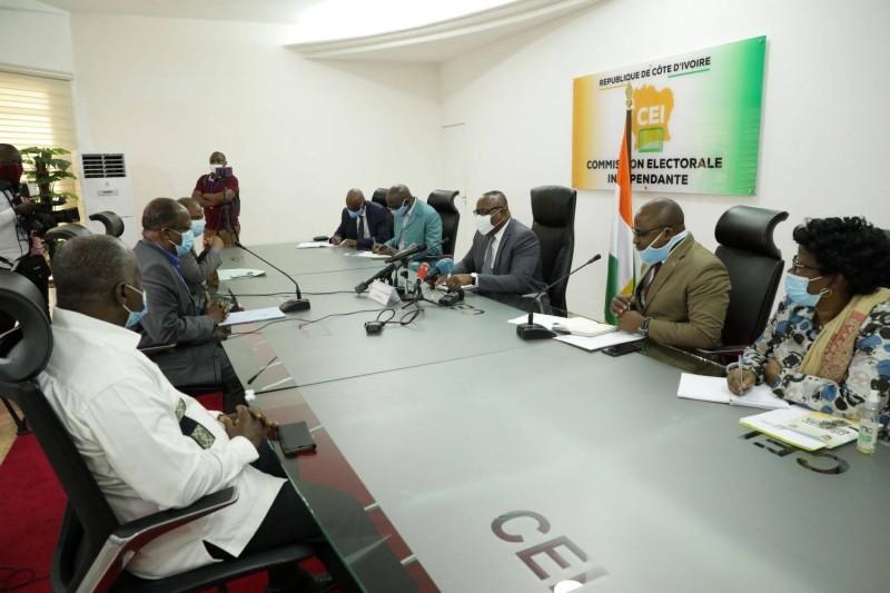 Le président de la Cei, Ibrahime Coulibaly-Kuibiert et les responsables de la plateforme Eds en plein échange à la salle de réunion de la Cei.