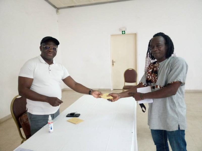Mamadou Ouattara, vice-président chargé des finances remettant l'enveloppe du club Sabots du désert, à Lamine Lonfo. (DR)