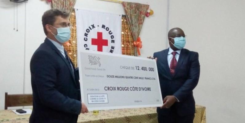 Remise de chèque par le DG de Nestlé, Thomas Caso, au président de la Croix-Rouge de Côte d'Ivoire, Dah Léonce