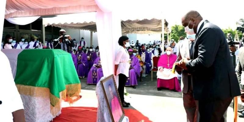 Le Premier ministre Hamed Bakayoko s'inclinant devant la dépouille mortelle de Mgr Pierre Marie Coty. (CICG)