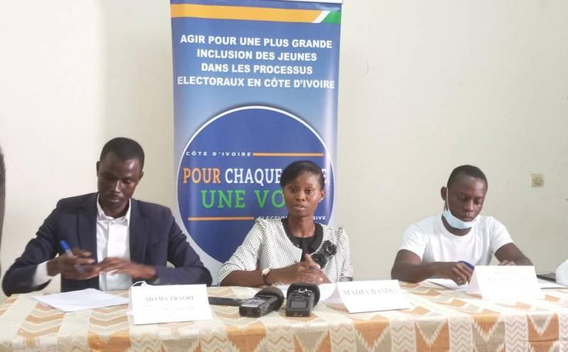 """Madia Bamba (au centre), encadrée par Kouachi Kouachi (à sa gauche) et Adama Traoré (à sa droite) tous membres du Groupe de plaidoyer de l'initiative, """"Pour chaque jeune, une voix"""" (Ph: Salif D. CHEICKNA)"""