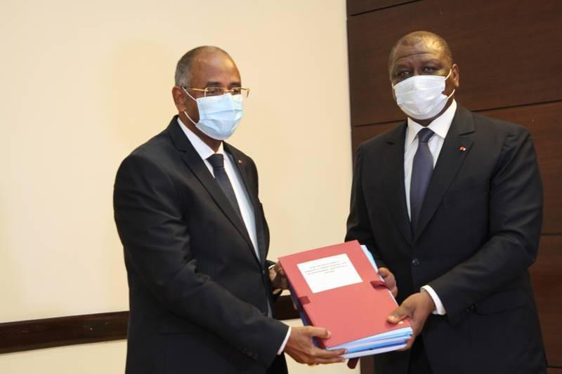 Le ministre d'Etat, Secrétaire général de la Présidence, Patrick Achi, remettant les dossiers de l'Etat au nouveau Premier ministre, Hamed Bakayoko.