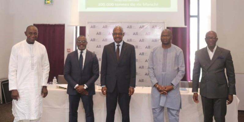 Le directeur général de l'Aderiz, Yacouba Dembélé (au centre), et les responsables des quatre leaders de pôle, ont immortalisé l'instant après la signature des conventions. (DR)