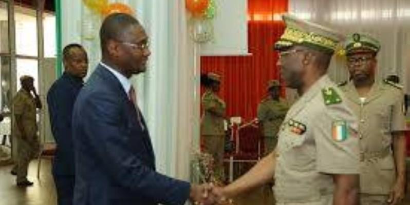 Le ministre du Budget et du portefeuille de l'État, Moussa Sanogo, félicitant le général Pierre Alphonse Da, directeur général des douanes, pour ses bons résultats. (Photo d'Archives)