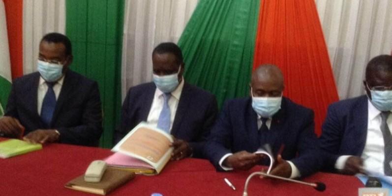 Le ministre de l'Administration du territoire et de la Décentralisation, Sidiki Diakité ( 3e à partir de la gauche), a annoncé la bonne nouvelle de l'arrivée du Président Ouattara dans le Moronou. (DR)