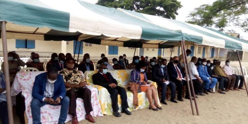 Le donateur en compagnie des responsables éducatifs d'Abobo Avocatier. (DR)
