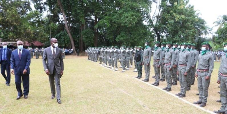 Le ministre des Eaux et Forêts, Alain-Richard Donwahi, passant en revue les troupes de la BSSI. (DR)