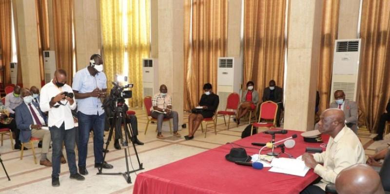 Sourou Koné, vice-président de la Cei, en train d'exposer devant les députés, maires, sénateurs du district et autres personnalités politiques. (DR)