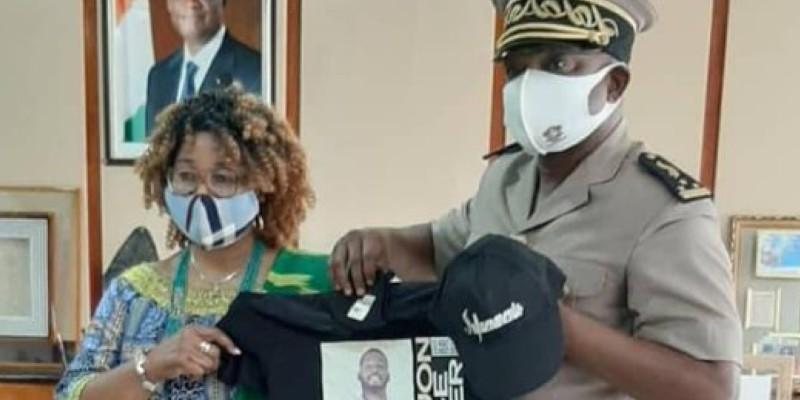 Le Préfet Vincent Toh Bi Irié, recevant un tee-shirt à l'effigie de la star du Coupé décalé. (Dr)