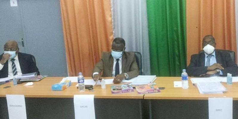 Le directeur de cabinet du ministère de l'Education nationale, de l'Enseignement technique et de la Formation professionnelle, Kabran Assoumou (au centre), lors de la réunion de la Commission nationale d'agrément des supports didactiques et pédagogiques. (DR)
