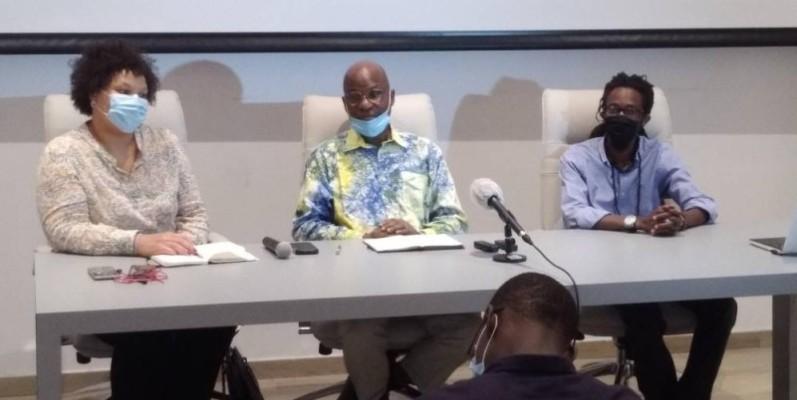 Le Pr Yacouba Konaté (au centre), directeur artistique, a invité les populations à s'approprier le musée. (DR)