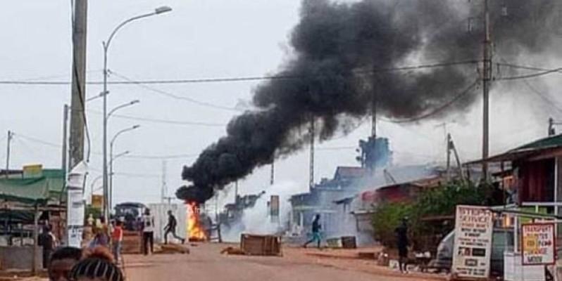 Une vue des pneus brûlés par les manifestants. (DR)