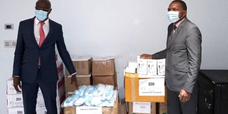 Le ministre des Mines et de la Géologie, Jean Claude Kouassi (à droite), a personnellement réceptionné l'appui du Groupement professionnel des miniers de Côte d'Ivoire au gouvernement. (DR)