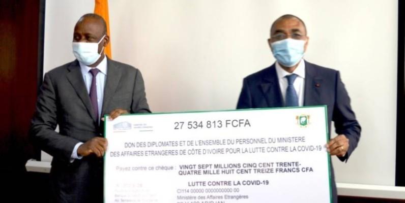 Le ministre des Affaires étrangères, Ally Coulibaly remettant le chèque à son collègue. (DR)