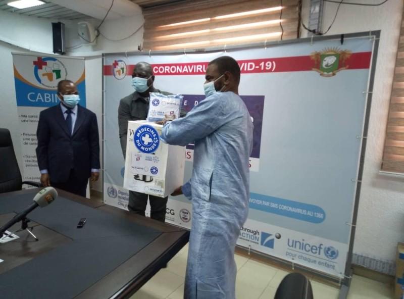 Ce geste important, selon le directeur de cabinet du ministre Aka Aouélé (au centre), mérite d'être encouragé. (DR)
