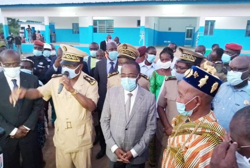 Le ministre de la Santé et de l'Hygiène publique, Dr Eugène Aka Aouélé, en compagnie des autorités administratives, des élus, des cadres et des autorités coutumières, a remis les clés du centre de santé du village de N'Zissiessou, Sous-préfecture de Lomokankro. (Sercom)