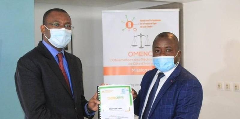 Sermé Lassina, président du Repprelci (à droite), remettant le rapport au ministre Sidi Touré. (Dr)