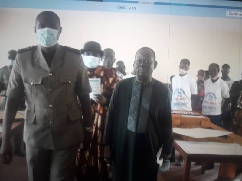 le Consul honoraire de la Côte d'Ivoire au Niger, Akessé Victor (à droite), donateur, en compagnie du sous-préfet de Lopou, Serge Alain Koutouan. (DR)
