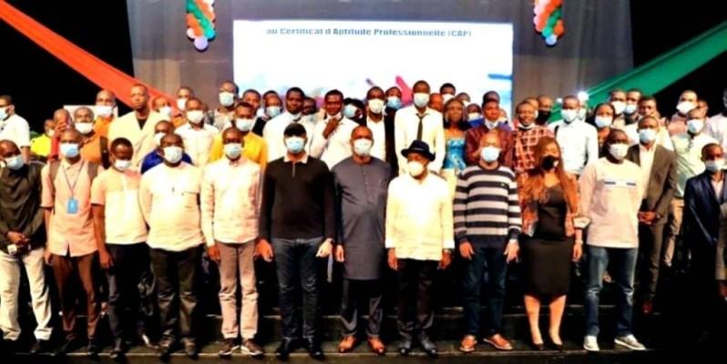 Les représentants du gouvernement, après la séance, ont posé avec les jeunes pour immortaliser l'évènement. (DR)