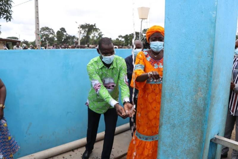 Vagondo Diomandé aux côtés de Mariatou Koné peut recueillir l'eau potable. (Saint Tra-Bi)