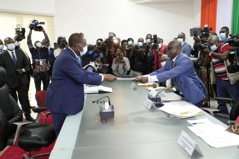 Le candidat du Rhdp, Alassane Ouattara, remettant son dossier de candidature au secrétaire permanent de la Cei, Adjoumani Pierre. (DR)