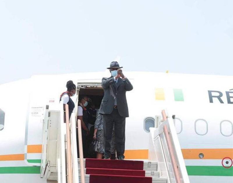 Le président Ouattara, à son départ, ce mercredi 26 août pour Paris