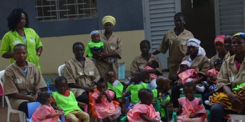 Des filles-mères en compagnie de leurs enfants devant la crèche. (DR)