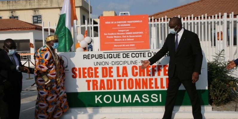 Le maire de Koumassi, Ibrahim Cissé Bacongo, présentant le siège au Premier ministre, Hamed Bakayoko, sous le regard du président de la Chambre des rois et des chefs traditionnels. (photos : dr)