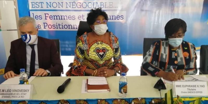 En présence de la représentante de l'Ua (au centre) et de l'ambassadeur d'Israël en Côte d'Ivoire (à gauche), Euphrasie Yao a appelé à la paix. (Dr)
