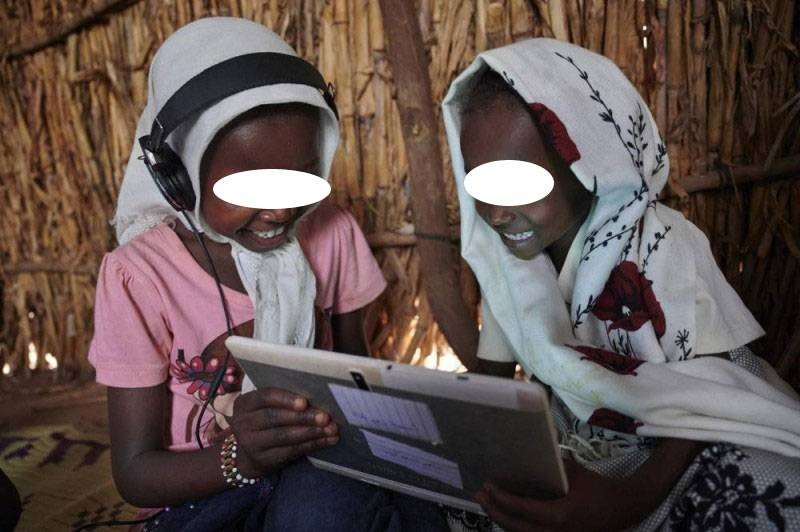 Des enfants enthousiastes de voir une tablette éducative. (DR)