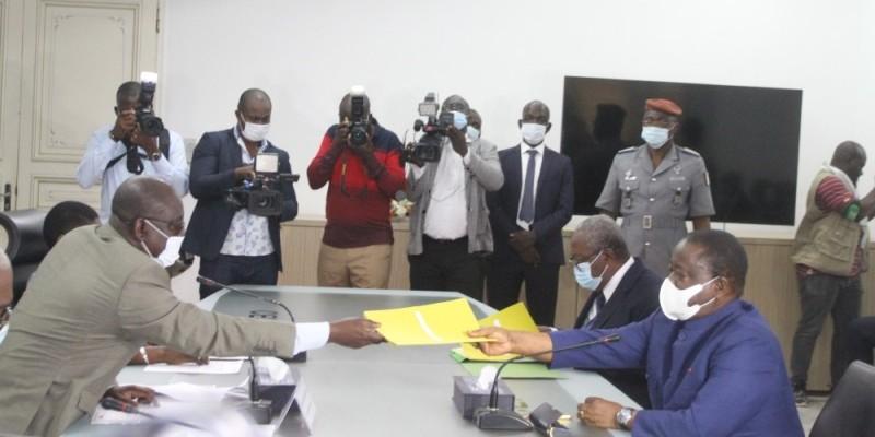 Le président du Pdci-Rda, Henri Konan Bédié, a déposé son dossier de candidature à la Cei, jeudi. (photos : Véronique Dadié)