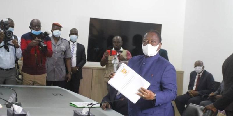 Le président Henri Konan Bédié montrant son reçu après le dépôt de ses dossiers. (photos : Véronique Dadié)