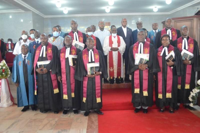 Les neuf pasteurs consacrés encadrant le bishop (Bavane)