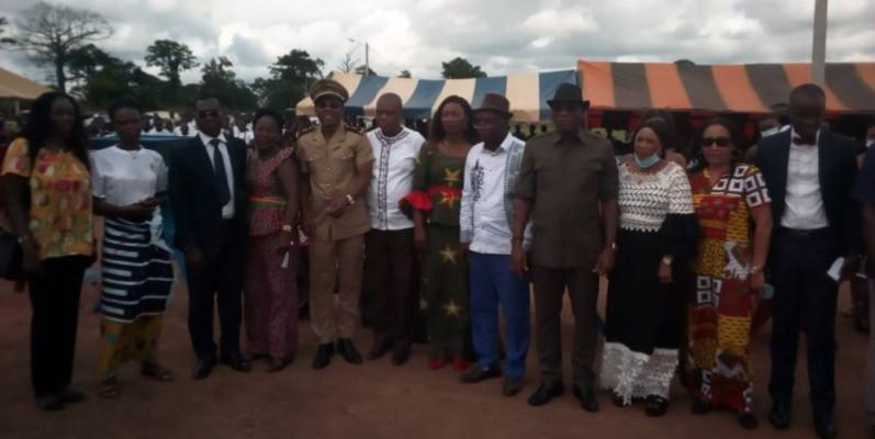 Des officiels après la cérémonie de mise sous tension électrique de quatre villages.