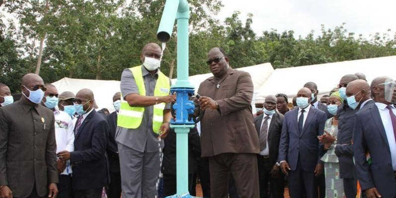 Le Premier ministre Hamed Bakayoko a mis à profit sa visite à Daoukro, pour mettre en service le château d'eau de Bédiékro construit à hauteur de 265 millions de F Cfa et qui va produire 200 m3 d'eau par jour (PH Joséphine Kouadio)