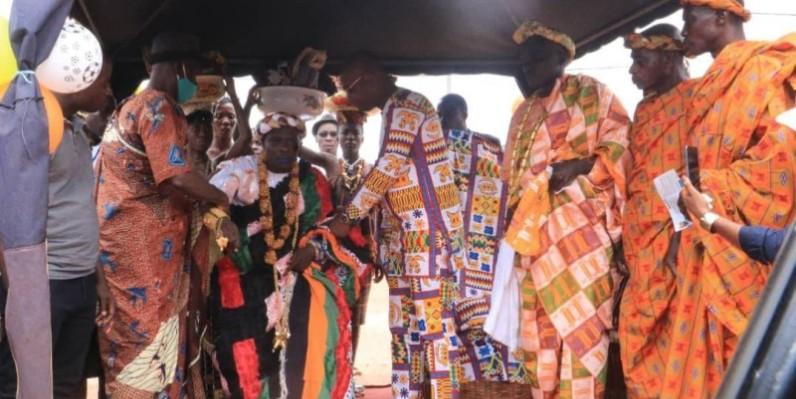 Le président des jeunes de Bécédi-Brignan investi par le parrain Eric-Casimir Akaffou, à droite. (DR)
