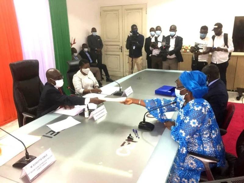 Mme Minata Koné, épouse Zié (en bleu), Coordonatrice par intérim de la Délégation GPS Côte d'Ivoire lors du dépôt du dossier de Guillaume Kigbafori Soro