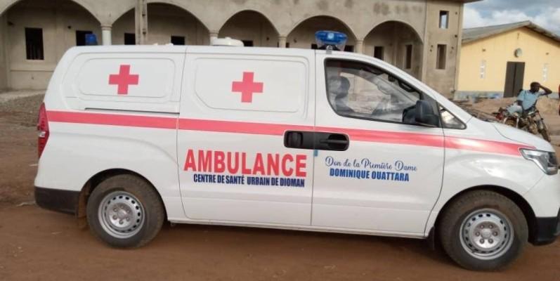 Cette ambulance, un don de la Première dame Dominique Ouattara, va permettre l'évacuation, dans de bonnes conditions, des malades et des femmes en travail vers des formations sanitaires mieux équipées. (DR)