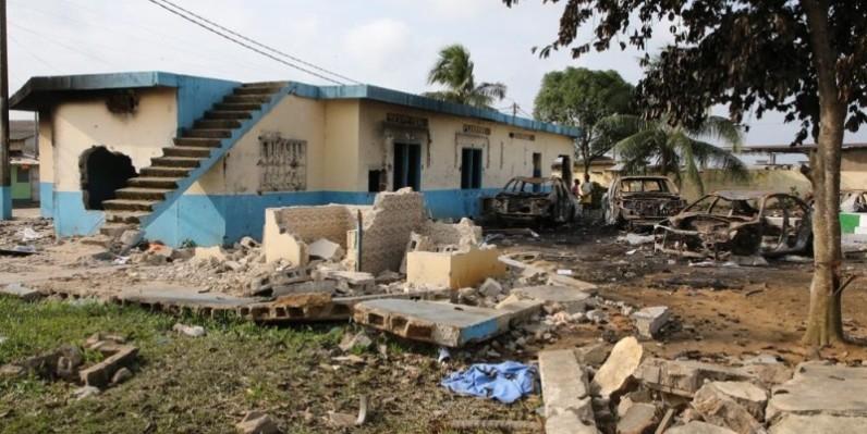 Une vue de ce qui reste du commissariat de la ville de Bonoua saccagé et incendié par des manifestants. (Photo: Poro Dagnogo)