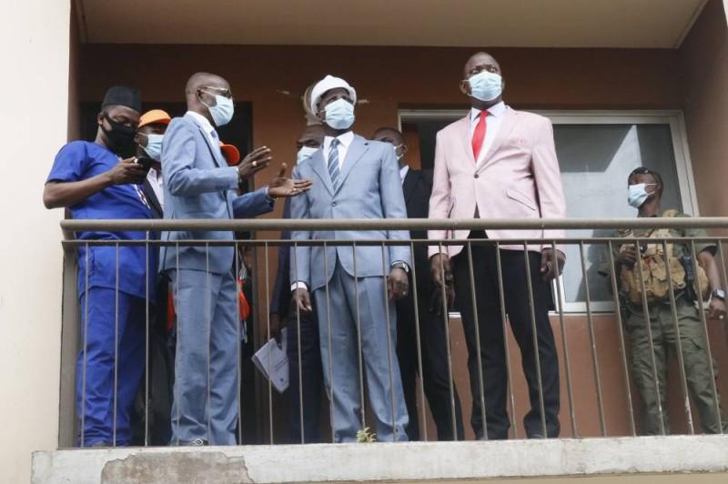 Le ministre Adama Diawara au balcon d'un batiment à la cité d'Abobo 1. (Bavane)