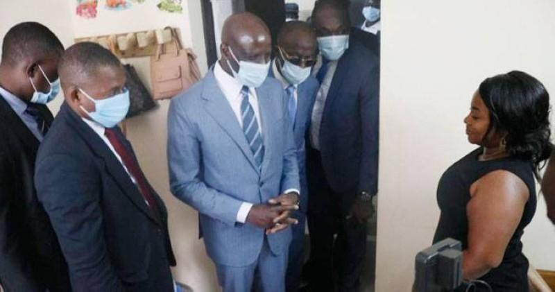 Le ministre Adama Diawara échange avec l'étudiante Assalé Pamela de la cité des 220 logements dans sa chambre, sur les conditions de vie des étudiants en cité. (Bavane)