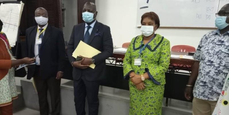 Le directeur de cabinet du ministre de la Santé et de l'Hygiène publique, Pr Joseph Acka, avec à ses côtés  la directrice générale de l'Infas, Pr Méliane N'Dhatz, dans une des salles de composition.