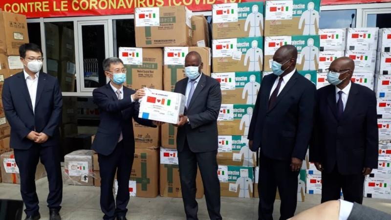 Bénéficiaires et donateurs posant aux côtés du ministre Ally Coulibaly (au centre). DR