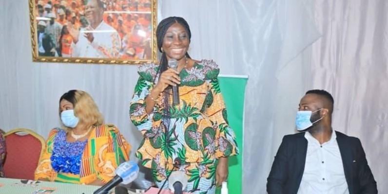 Kandia Camara (Au micro) a appelé les leaders de l'opposition à arrêter de manipuler la jeunesse ivoirienne. (DR)