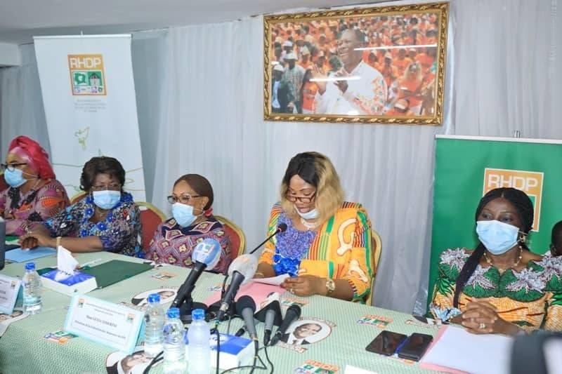 La présidente de la Fédération des Amazones du Fpi, Guéi Cathérine (2e à partir de la droite) a décidé de soutenir la candidature d'Alassane Ouattara à l'élection présidentielle du 31 octobre prochain. (DR)