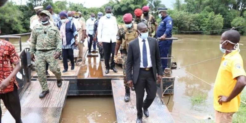 Le ministre de la Sécurité et de la Protection civile, Vagondo Diomandé (en costume), à la frontière Ivoiro-libérienne (Dohouba dans la commune de Bin-Houyé) sur le fleuve Nuon. (Saint-Tra Bi)