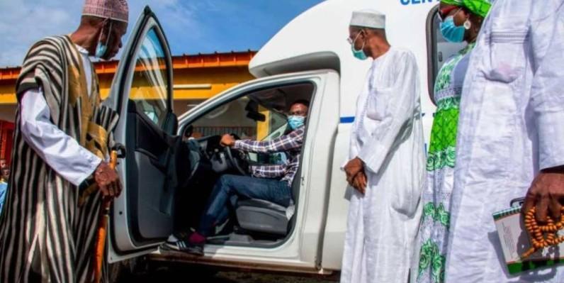 Bakary Sanogo, conseiller spécial du Premier ministre et directeur de la communication remettant le véhicule au médecin-chef du centre de santé. (DR)