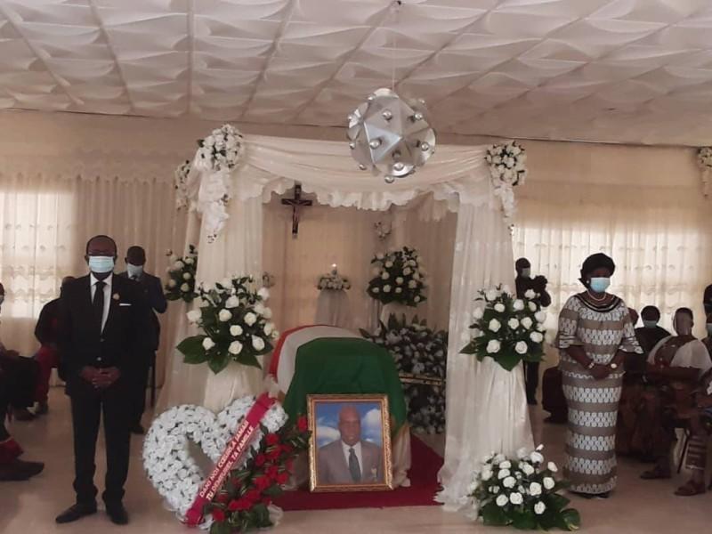 Les conseillers économiques et sociaux ont fait le piquet d'honneur devant la chapelle ardente pour honorer un des leurs. (DR)