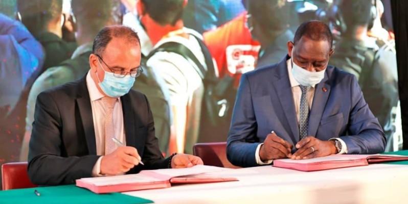 Le ministre Gaoussou Touré (à droite), lors de la signature du protocole d'accord. (DR)