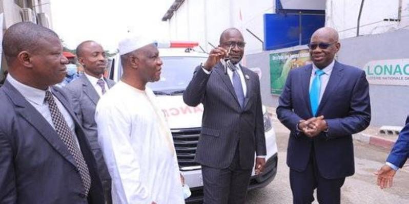 Remise symbolique des clés des ambulances au vice-président du Conseil régional du Tchologo. (DR)